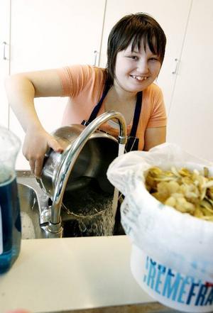 Johanna diskar upp efter baket av semlor. Nu väntar hon på att bullarna ska jäsa så de kan sättas in i ugnen