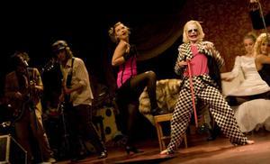 Fullt ös på KitKat klubben i vårens slutproduktion Cabaret på Heden i Bollnäs.