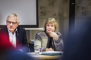 Allan Cederborg (M) är ordförande för utbildningsnämnden. Här syns han med den biträdande skolchefen Inga-Lill Öjemark.