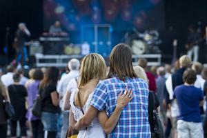 Bilden är tagen under Västerås Cityfestival. En av de roligaste veckorna i Västerås under sommaren tillsammans med denna veckas event: Power Big Meet. På bilden ser vi två personer som njuter av Andreas Johnsons konsert under lördagen. Undrar vad Cityfestivalen bjuder på nästa år?