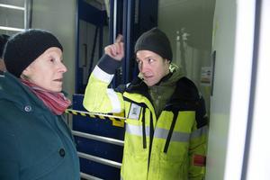 Byggets projektledare Thomas Henrysson berättar om tekniken för Kerstin Joelsson.