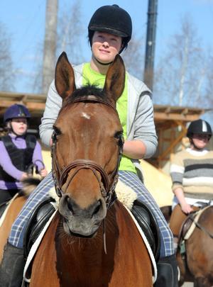 Jonna Brosten på hästryggen. Annars är det numera mest travsulkys som gäller. Hästen heter Oueen.