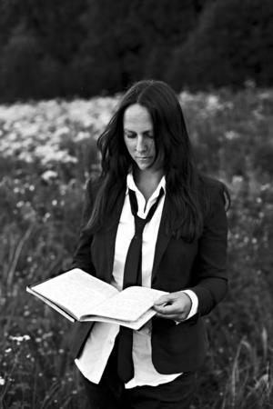 Folkmusikern Emma Härdelin kan inte ta semester från musiken – däremot ledigt då och då.