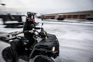 Cornelia Mikaelsson testkörde fyrhjuling ute på Fyrvallaskolans parkering.