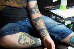 En av de tatueringar som betyder mest för Clinton Trek är porträttet av sin far som han har på armen. Det är Jimmy Johnsson som har gjort den.
