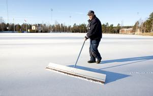 Grängesvallen fick konstfrusen is 1991, och sedan 1993 har Bengt-Arne Johansson hjälpt till med att spola upp isen. Det här blir dock hans sista vinter.
