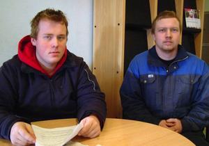 Eleverna Daniel Söderström och Tony Normark sprider beröm över det hotade gymnasiet i Bispgården.