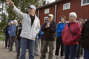 Rumstaprofilen Petters-Börje Olsson satte färg på vandringen med sina berättelser.