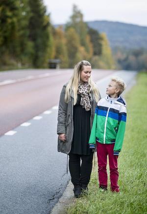 Maria Åström är kritisk till att Trafikverket plockat ner vägbelysningen på E14 genom Stavre vilket innebär att 9-årige sonen Alexander får vänta på skolbussen i mörker.