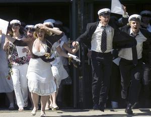 Klockan 12.15. Till fanfarer sprang studenterna glädjetjutandes ut från Högbergsskolan.
