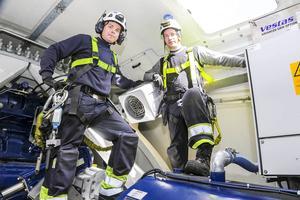 Anders Hjalmarsson och Simon Ewerlid sköter underhållet av vindkraftverken på Glötesvålen. Här längst uppe i ett av verken.