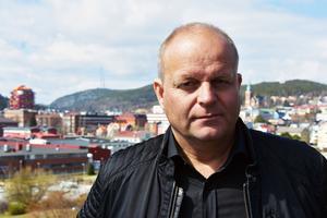 Ncklas Nyberg är nöjd med att han får börja bygga – men mycket missnöjd med ett system han anser har allvarliga fel.