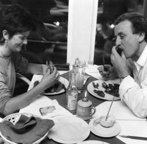 Plats/Ort Restaurang Kajkanten, Hudiksvall   Rubrik: Med flyg direkt till bordet: Si det blev en riktig kräftpremiär.    Bildtext: - Det tar lite tid i början, vi är bara här för att mjuka upp oss, förklarade Sigrid Svanered och Staffan Skäre, Hudiksvall, och visade att ätandet gick snabbare och snabbare för varje kräfta.
