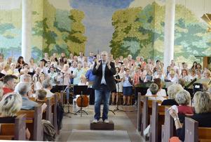 Alla sjöng med i Waterloo. I slutsången dirigerade Krister Kallin sångarna i hela Kumla kyrka.