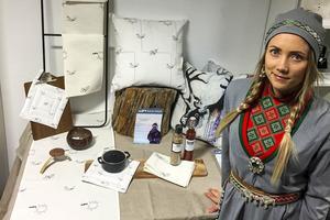 Designern Malin Wilks i Funäsdalen, ställer ut sina tygtryck under den samiska jubiléumsveckan i Trondheim.
