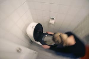 Vinterkräksjukan gör sig påmind i år igen. Här en kvinna som hänger över en toalettstol.