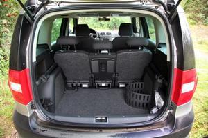 I bagageutrymmet finns det massor av möjligheter att förankra lasten. Baksätet kan fällas, flyttas eller helt lyftas ur.
