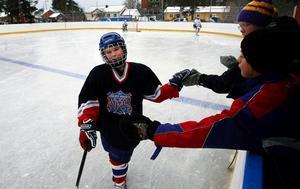 Adrian Musa var en av många hockeyspelande ungdomar i Nolby som testade isen under invigningsdagen i går.