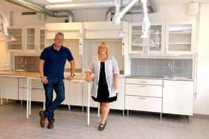 Skolintendenten Urban Fröberg och kemiläraren Nina Lind är väldigt glada över att Stöde skola fått kommunens fräschaste kemisal.