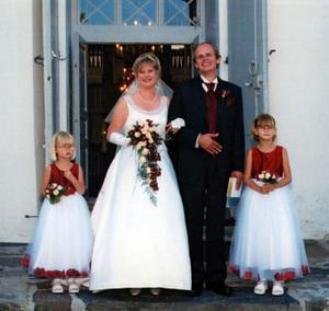 Helén Ericsson och Kim Ahlstrand, Timrå, har den 13 augusti vigts i Pedersöre kyrka, Jakobstad, Finland. Brudnäbbar var parets barn Michelle och Jennifer. Bruden är bördig från Sundsvall och brudgummen från Jakobstad. Paret tar efternamnet Ahlstrand.Foto: privat