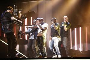 Panetoz försöker samordna koreografin när de ska framföra sitt bidrag Efter solsken, under repetitionerna på torsdagen inför Melodifestivalens andra deltävling i Linköping.