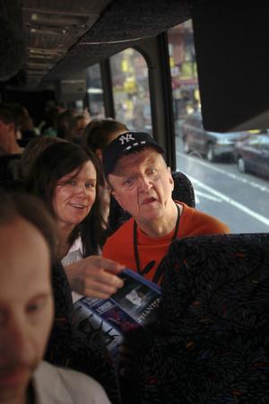 Anna Westberg och Bosse Östlin på sightseeingbussen. I förgrunden syns Bosse Andersson.