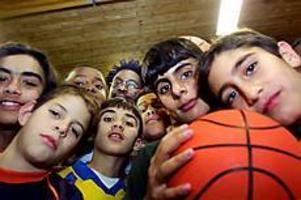 Foto: GUN WIGH Basketpappan. Moussa Ndiaye såg i USA vad basketen kan göra för unga människor och bestämde sig för att göra samma sak i Sverige. När han inte jobbar i skolan tränar han sex olika basketgrupper och den sjunde är på gång.