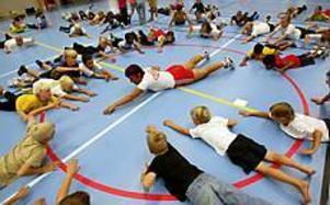 Foto: LASSE WIGERT Armarna framåt ... Nästan hundra par ben och armar följer läraren Karin Lindqvists rörelser. Först jympa, sedan väntar en stor frukost på skolan.