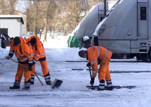 Här röjs det. Anställda från Hallstahammarsföretaget JH Spårservice som rensar bangården vid SJ:s underhållsdepå i Västerås från snö. De spåren var väl framkomliga under måndagen. FOTO: JACKIE MEH