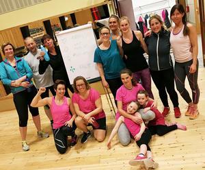 Glada träningskamrater från Korpen i Hede samlade in en fin summa till Cancerfonden.