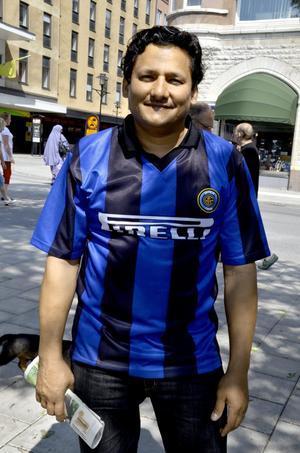 Hasanain Al-Falahi, 43 år, Örebro:– Tröjan är fin, riktigt snygg. Jag köpte den billigt i en affär för cd-skivor för bara 70 kronor. Jag gillar kombinationen svart och blått, och det som gör tröjan extra fin är att tyget glänser. Inter är faktiskt INTE mitt favoritlag. Jag gillar INTE fotboll.