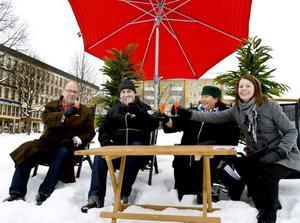 Med en färgglad drink och solstolar bjöd arrangörerna Leif Eriksson, Joakim Lundberg, Eva Olsson och Anna Östman publiken till Sommarkväll på den nya platsen  - Slottstorget.