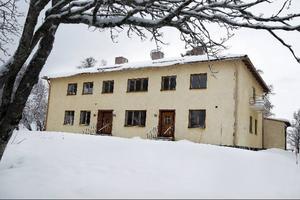 Prästgården vid Frösö kyrka byggdes 1939. Huset är nu i så stort behov av renovering att det blir billigare att riva och bygga nytt, enligt en utredning som samfälligheten har gjort.