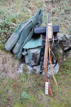 Ryggsäcken, geväret, varma kläder – och en tjock sittdyna att ha med sig till älgpasset. Så ser packningen ut.
