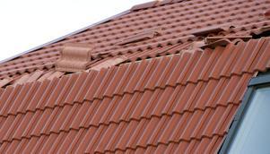 Takpannor kan blåsta ner från hus och leda till att fukt kommer in från taket. Men även om en sådan skada anmäls flera månader efter att den har ägt rum så går det att få ut pengar från sitt försäkringsbolag.
