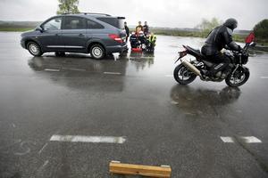 Riskutbildning. Roberto Viero, Västerås Bil & mc-skola, demonstrerar hur lång bromssträckan blir vid olika hastigheter. FOTO: TONY PERSSON