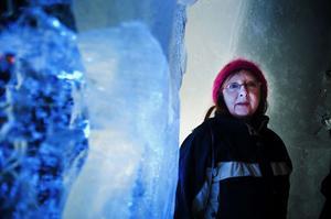 Konstlärare Nina Eriksson var med elevernas entusiasm och skaparförmåga i det känsliga materialet is.