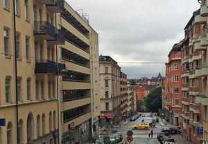 Inedalsgatan sedd från Kronobergsparken. Landstingslägenheten ligger i huset med loftgångar på vänster sida.