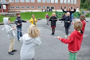 På Åre skola satte man direkt igång med matten. Barnen delades in i grupper för att göra lekfulla moment där huvudräkning ingår. Det kallas utematte och togs emot väldigt positivt av eleverna.