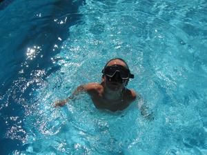 Oskar njuter av sommarlovet i farmors pool. 30 grader i vattnet och livet är skönt!
