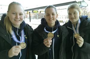 En trio från Brynäs som fick medalj efter att Sverige blivit trea i J18-VM. Från vänster Ellen Jonsson – som nu skrivit på ett nytt kontrakt med Brynäs – ,Madde Östling och Jessica Adolfsson.