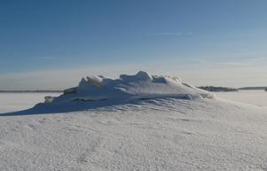 Kulle av hopskjuten is med snötäcke. Västeråsfjärden vid Kattskär. I bakgrunden t.h. syns Elba.