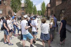 Klassen på plats i Auschwitz, huvudlägret i koncentrationslägerkomplexet några mil utanför Krakow, i den polska byn Oswiecim.