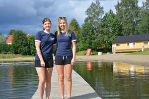 Josefin Hellström och Jenny Lindblom är årets simlärare vid simskolan i Vojen.