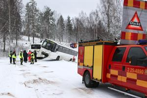 Flera fordon från räddningstjänsten i Smedjebacken samt ambulans och polis kallades till olycksplatsen. Samtliga passagerare liksom bussföraren ska dock ha klarat sig undan skador.