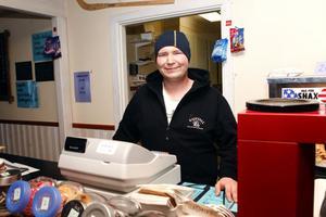 Många dagar går försäljningen trögt för Andreas Eriksson som sköter kassan på Kajevall.