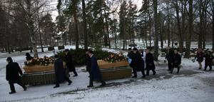 På Norra kyrkorden begravdes i går syskonen Eva Maria och Gunnar Kaharascho. Släkt och vänner hade kommit från hela Sverige för att följa dem till den sista vilan.