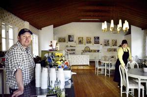 Robert Morris och frun Carina Morris är nya inom kafébranschen och provar sig fram lite denna första säsong, berättar de.