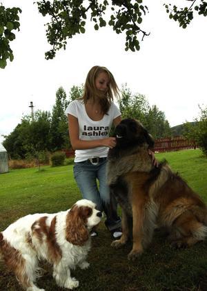 Uppväxt med hundar. Märta Brandts har haft hundar runt sig hela livet, eftersom hennes mamma driver en kennel. Här är hon med Casper och Tova. Foto:Staffan Alberts