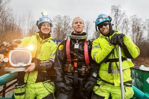 Jonas Bosell, Christoffer Rosén och Peter Blomqvist arbetar med att bärga tunnorna.